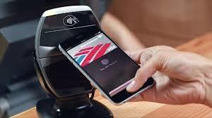 smartphone che fa pagamento con pos