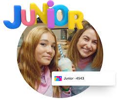giovani con la scritta junior